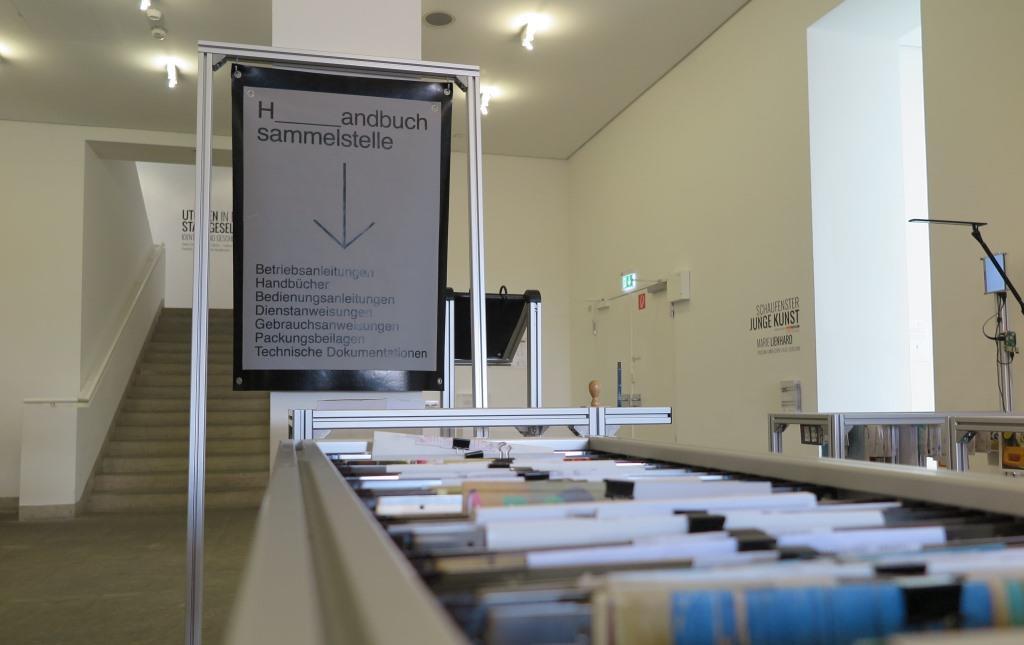 Zu sehen ist die Installation Sicheres Arbeiten des Verlags für Handbücher in der Ausstellung Utopien in der Stadtgesellschaft in der Galerie Stadt Sindelfingen.